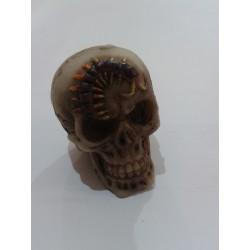 Figurine petit crâne avec un mille pattes