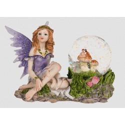 Figurine fée mauve avec des champignons dans une boule à paillettes