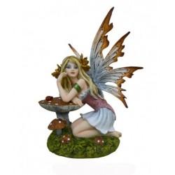 Figurine elfe phiala accroupie devant un champignon