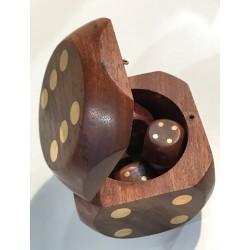 Boîte en forme de dé arrondie avec 5 dés en bois