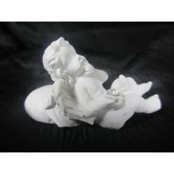Figurine ange allongé sur un coeur gauche