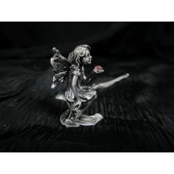 Figurine Elfe métal assise qui tient une pierre rose