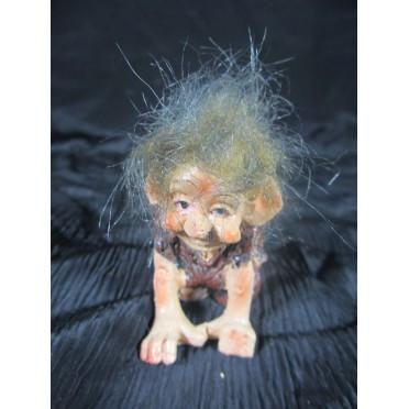 Figurine troll enfant accroupie