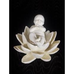 Figurine bébé sur fleur de lotus